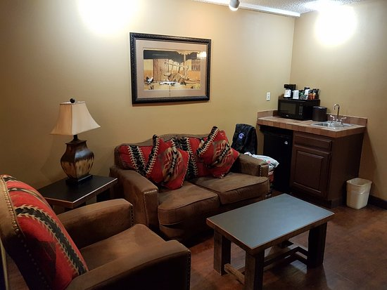 Best Western Plus Inn of Santa Fe: Living area with a kitchenette