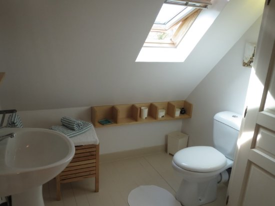 Les Limornieres: wc & shower room in one bedroom Chene cottage