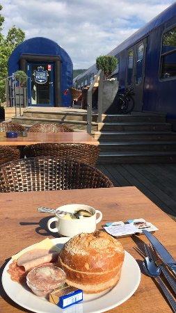 Amorbach, Tyskland: Frühstück auf der Terrasse - es gibt auch vegetarisch ;)