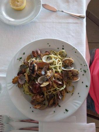 Spaghetti alle vongole....ottimo primo al Ristorante Roma - Foto di ...