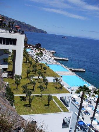 VidaMar Resort Hotel Madeira: Vue de la chambre sur la mer et les piscines