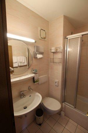 Badezimmer... klein aber sauber... - Bild von Reikartz Hotel Vier ...