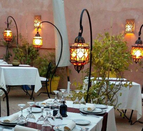 Riad Al Badia: Ambiance romantique pour le dîner servi sur la terrasse.