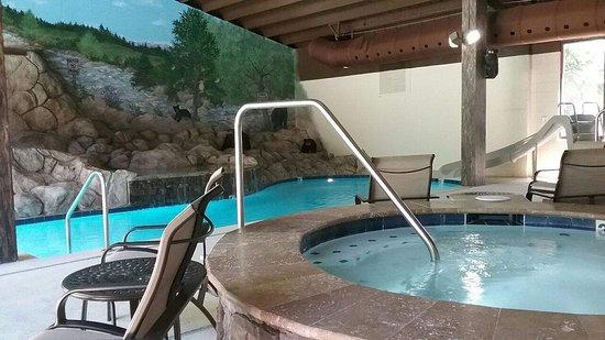 إيدجووتر هوتل - جاتلينبيرج: Enjoy our newly renovated indoor/outdoor pool, hottubs and slide!