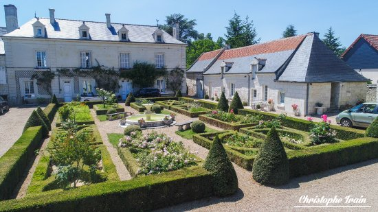Huismes, Francia: front yard of la Chancellerie