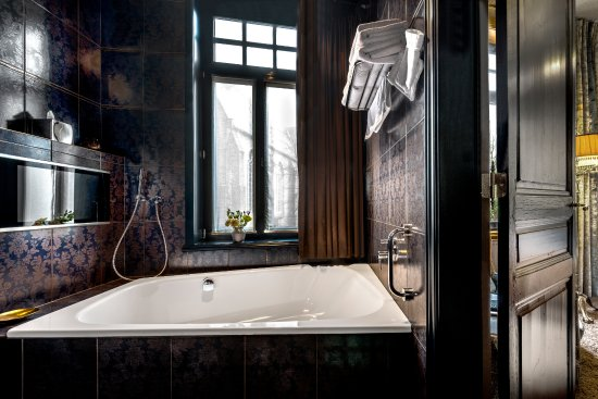 Main Street Hotel: The Glory Bathroom: duo-bath with waterresistant TV, separate rain shower