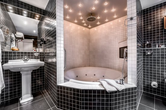 Main Street Hotel: The Atelier Bathroom with big round V&B whirlpool, bathroom TV, rain shower, starlights...