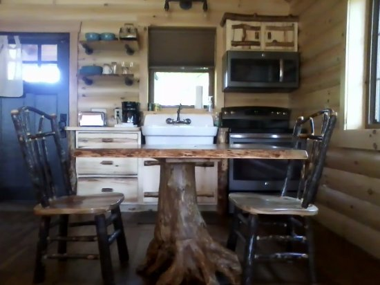 Amish Country Lodging: Beautiful table and chairs, full kitchen including full refrigerator. So tastefully decorated!