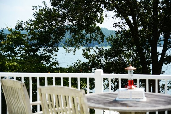 Treasure Island Bed & Breakfast: Deck over looking lake
