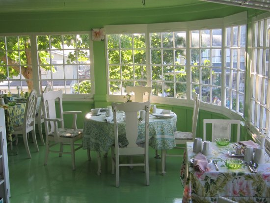 Southampton, Canada: Breakfast on upstairs porch