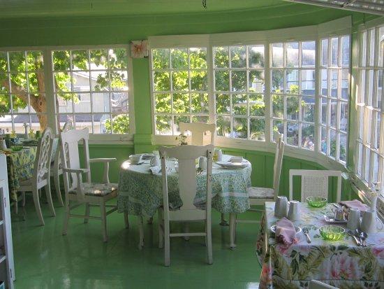 Chantry Breezes B&B : Breakfast on upstairs porch