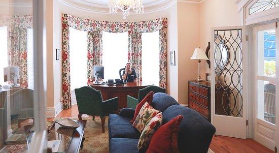 Rosedon Hotel: Front Desk & Lounge