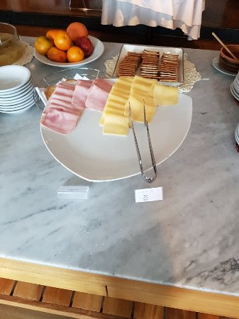 Esplendor Hotel El Calafate: the variety of cheeses, ham, pastrami during our stay