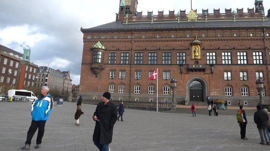 Radhuspladsen: La plaza con el Ayuntamiento y una estatua muy linda en la avenida de la esquina