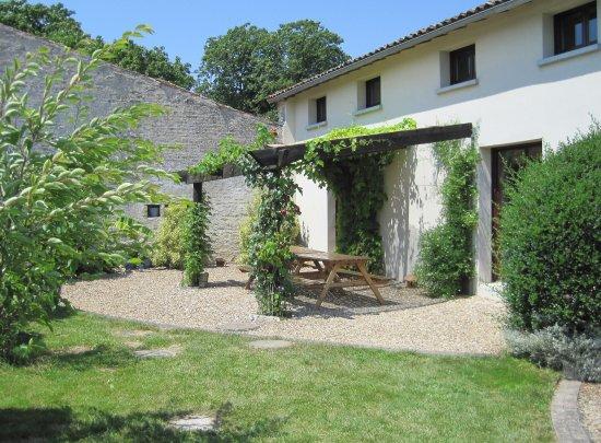 Crezieres, Γαλλία: Terrace area for La Grange holiday cottage at Les Hiboux