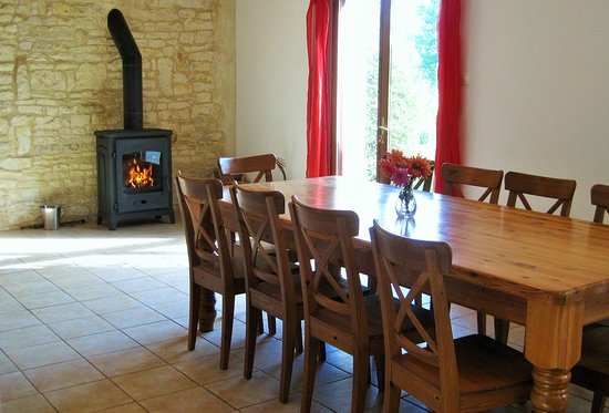 Crezieres, Γαλλία: Dining area in La Grange holiday gite, Les Hiboux, France