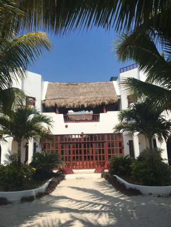 Entrance to Casa Que Canta from Ocean