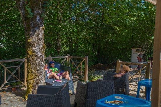 Artemare, France: sur la terrasse du snack-bar