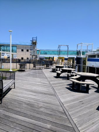 North Cape May, นิวเจอร์ซีย์: You can even sit down along the water on the dock beside the cafe and next to the ferry.