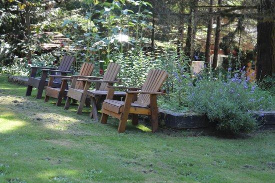 Copper Creek Inn: Outside garden seating