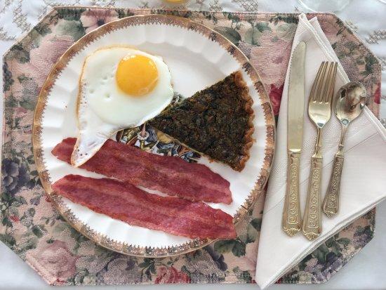 คาร์ไลอัล, เพนซิลเวเนีย: Our breakfast was bacon, sunny side up egg, quiche, a croissant, fruit and orange juice.