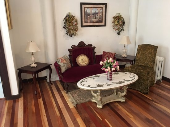 Carlisle, Пенсильвания: A little sitting area in the Gardens of Babylon suite.