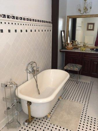 Carlisle, Пенсильвания: Clawfoot tub in the bathroom of the Gardens of Babylon suite.