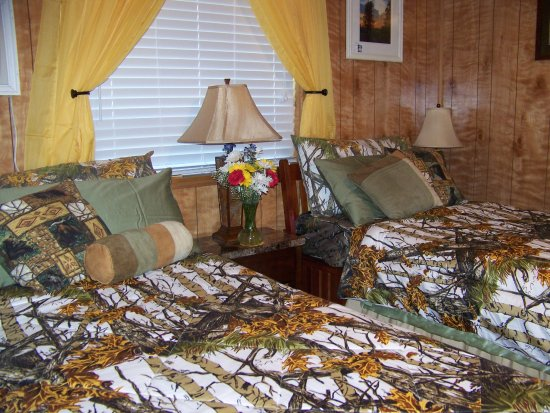 Daybreak Haven B&B: Woodland Room set up as twin beds, dressed for summer