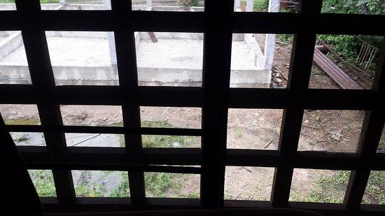 Bungalows Guesthouse: Voilà la vue de la seule fenêtre de la chambre: sur un chantier