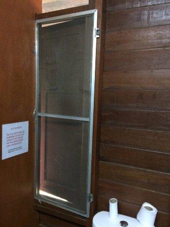 Bungalows Guesthouse: Fenêtre qui ne ferme pas et moustiquaire trouée