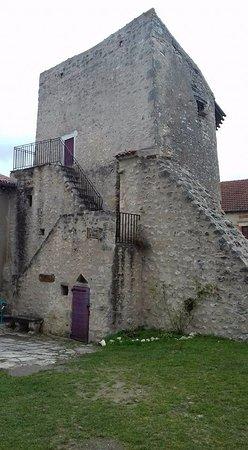 Magasin dans la tour du Guet à Charroux