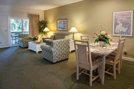 Carolina Club by Spinnaker Resorts: Living/Dining Area