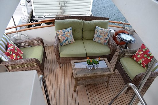 Green Turtle Floating Bed and Breakfast: Green Turtle III aft deck. Enjoy coffee or a cold beverage on Boston Harbor Yacht