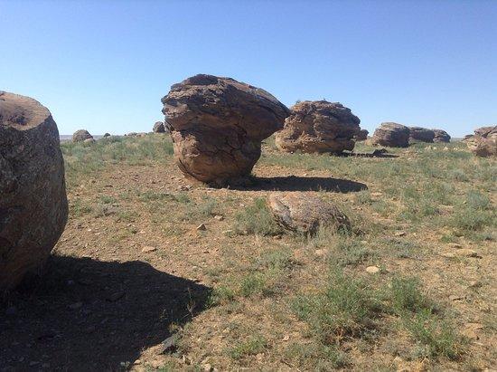 Kasakhstan: долина гигантских круглых камней ( шаровые конкреции)
