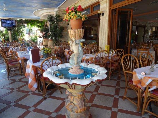 Gouvia Hotel: Fountain in the restaurant