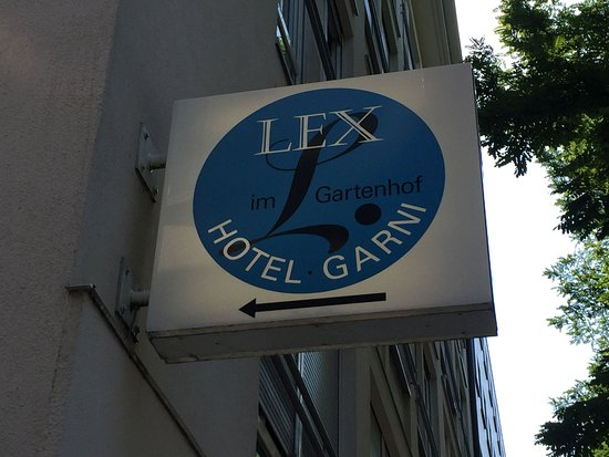Hotel Lex garni im Gartenhof: Leuchtwerbung auch bei Sonnenschein