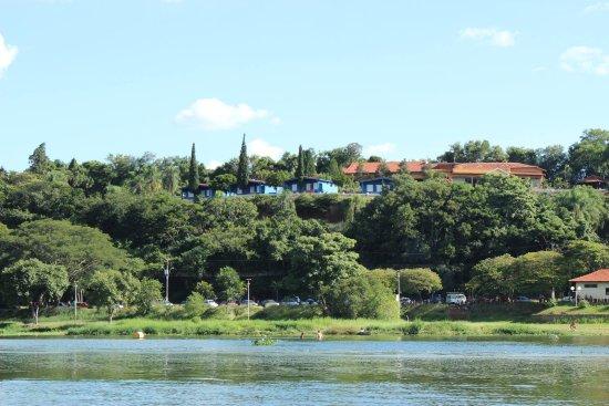 Igaraçu do Tietê, SP: O Hotel visto a partir do rio