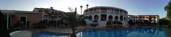 Bitzaro Palace Hotel : Panoramic view of the hotel from the pool area