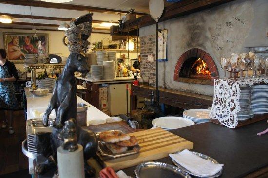 Karme Kuulik : Кролик и дровяная печь на кухне