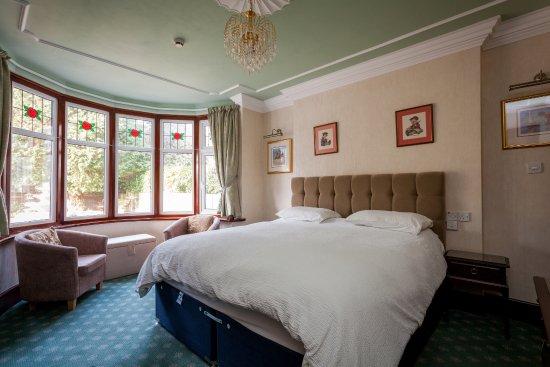 "Mountbatten Court : GROUND FLOOR TWIN/ DOUBLE ENSUITE ROOM , 42"" freeview tv, secret safe, tea/ coffee tray"