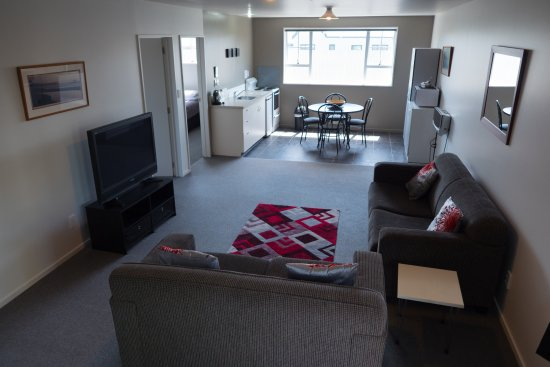 Fitzherbert Court Motel: Lounge/living - 2 bedroom suite