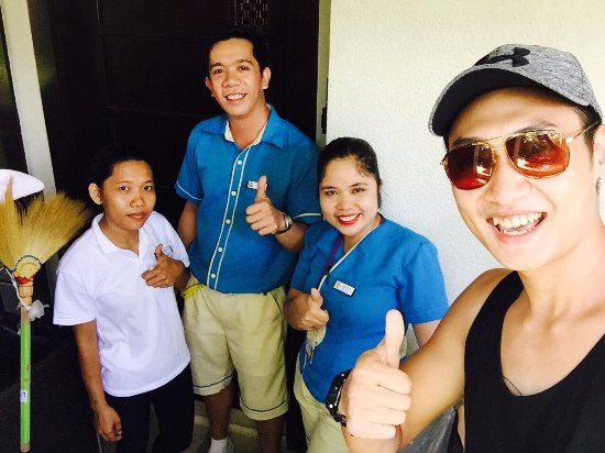 Henann Lagoon Resort: Selfie with housekeepers.