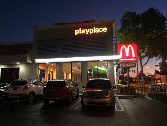 Alhambra, كاليفورنيا: Outside of McDonald's