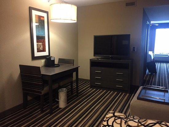 Homewood Suites by Hilton Columbus/OSU: Deluxe king suite, living room with small dining table