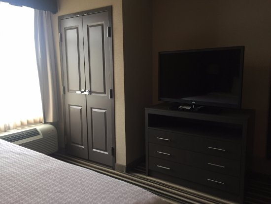 Homewood Suites by Hilton Columbus/OSU: Deluxe king suite, view of TV/closet from bed, no safe