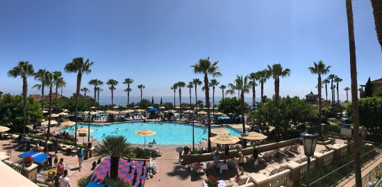 Marriott's Newport Coast Villas: View of the main pool and ocean from the lobby.