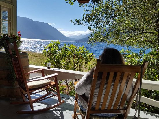 Lake Crescent Lodge: my husband couldn't believe I was actually WILLING to relax on the porch