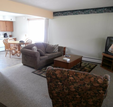 Superior Motel & Suites: Living room, 3 bed suite, from door