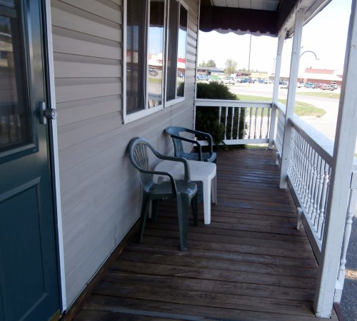 Superior Motel & Suites : Front porch, 3 bed suite