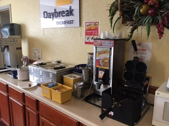 Fordyce, AR: Very tasty breakfast--eggs, meat, waffle machine, assorted teas, etc.